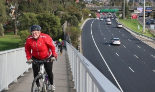 Neighbourly-ride_Carlton-North_Eastern-Freeway-Overpass_Clifton-Hill_28Jul2019