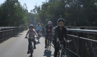 Neighbourly-ride_Carlton-North_Merri-Creek-bridge_family_22Apr2018